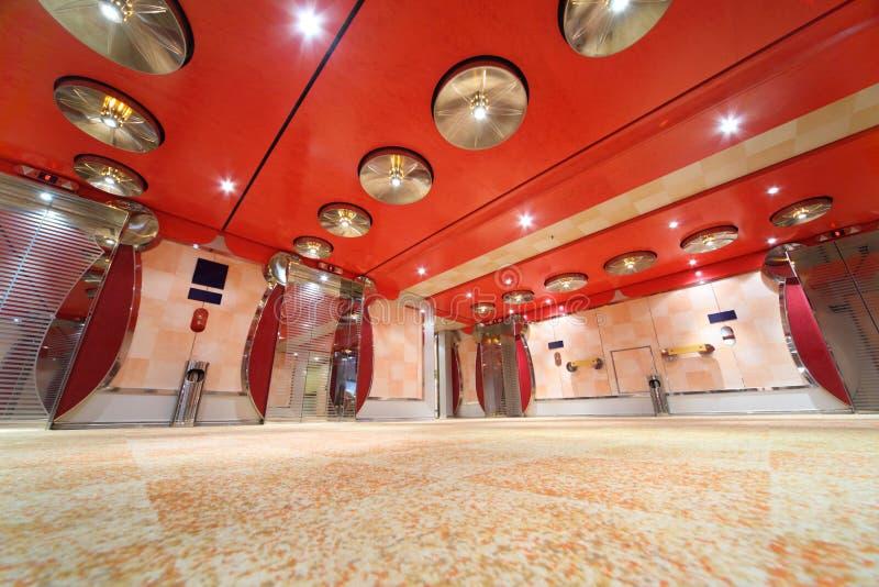 Pasillo de lujo con el techo y las elevaciones rojos brillantes foto de archivo libre de regalías