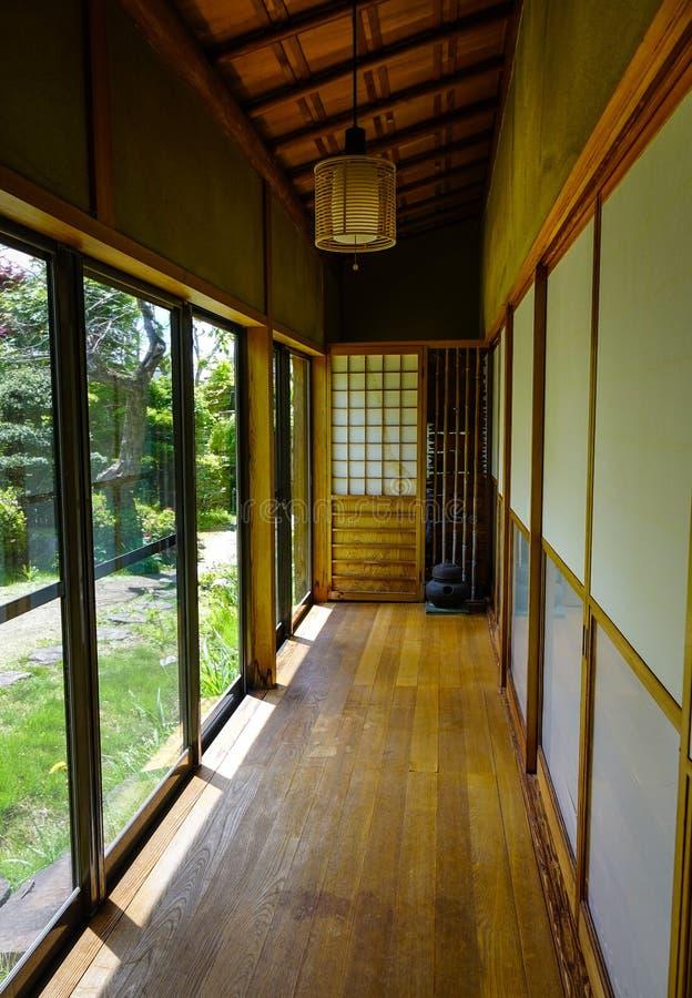 Pasillo de madera en una casa en Akita, Japón foto de archivo