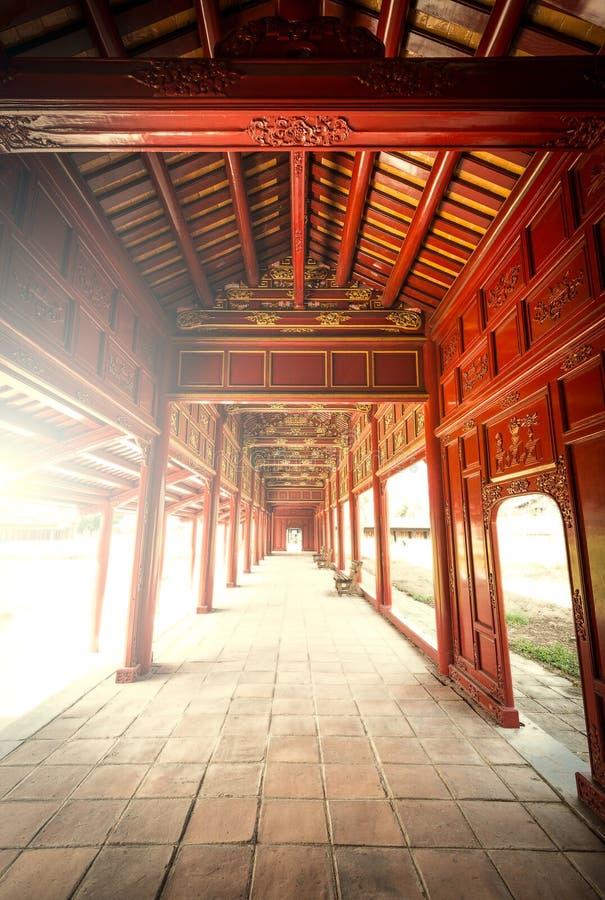 Pasillo de madera rojo de la ciudadela de la tonalidad en Vietnam, Asia. imagen de archivo libre de regalías