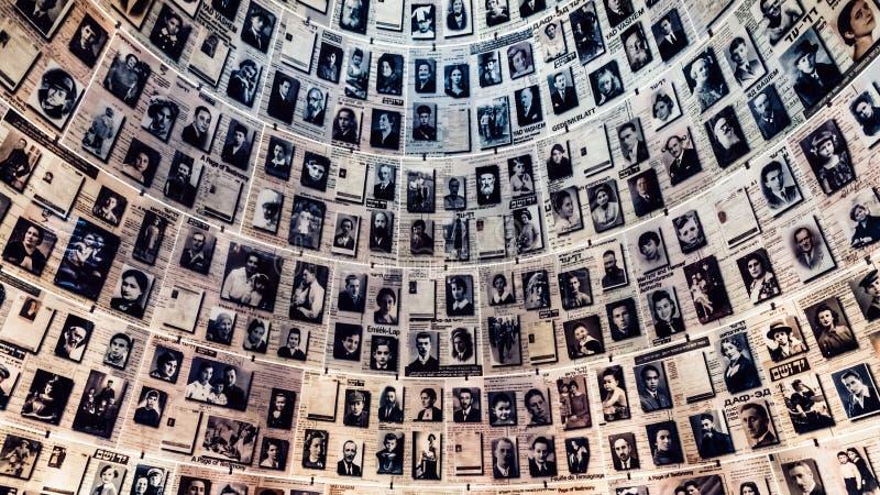 Pasillo de nombres en el sitio conmemorativo del holocausto de Yad Vashem en Jerusal?n, Israel foto de archivo