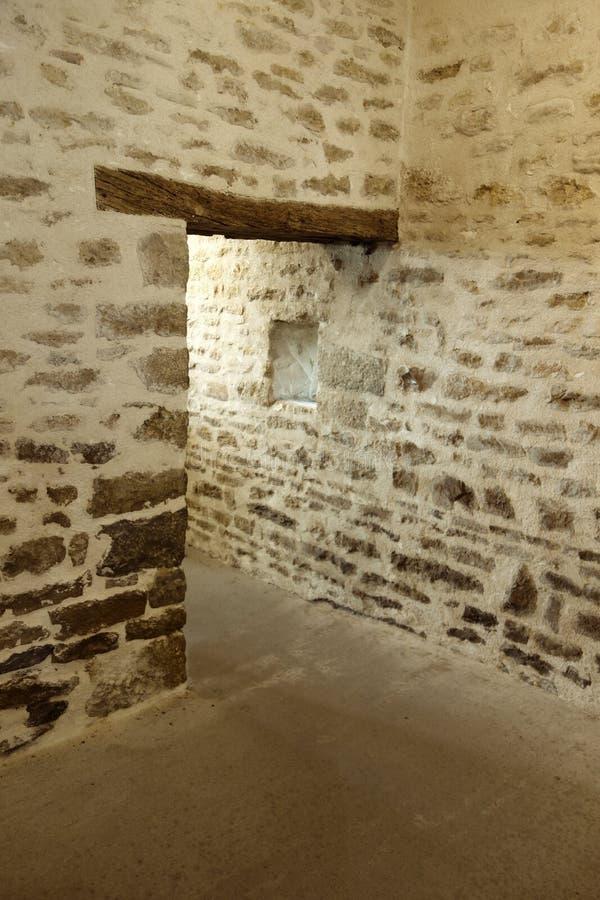 Pasillo de piedra del Viejo Mundo con el jefe de madera fotos de archivo