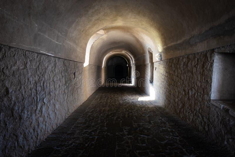 Pasillo de piedra largo con las ventanas en castillo antiguo fotos de archivo libres de regalías