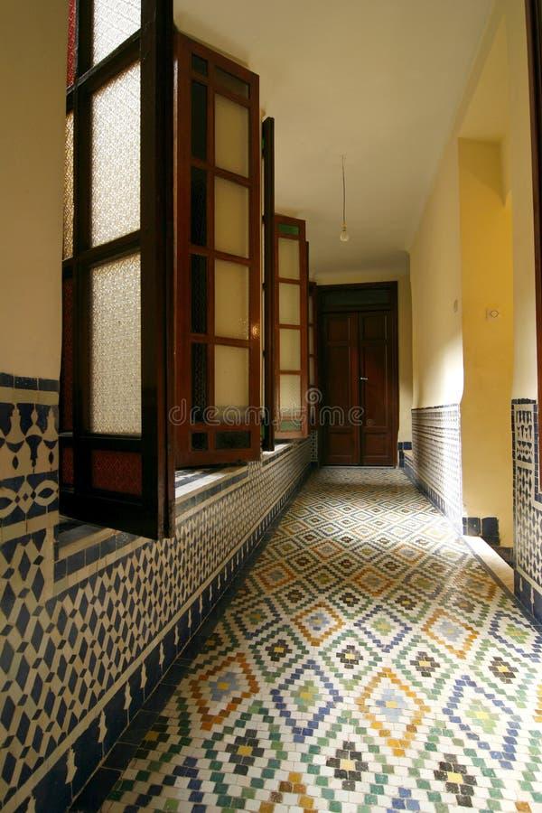 Pasillo de un riad típico (casa de huéspedes). Marruecos foto de archivo