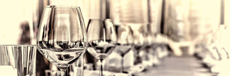 Pasillo del banquete en el restaurante Concepto: Servicio Boda del aniversario de la celebración fotos de archivo