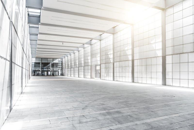 Pasillo del edificio del negocio con la luz de la ventana imágenes de archivo libres de regalías