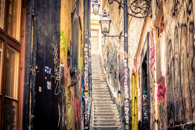 Pasillo del Grunge en Gamla stan, Estocolmo, Suecia: Gränd de Mårten Trotzigs foto de archivo