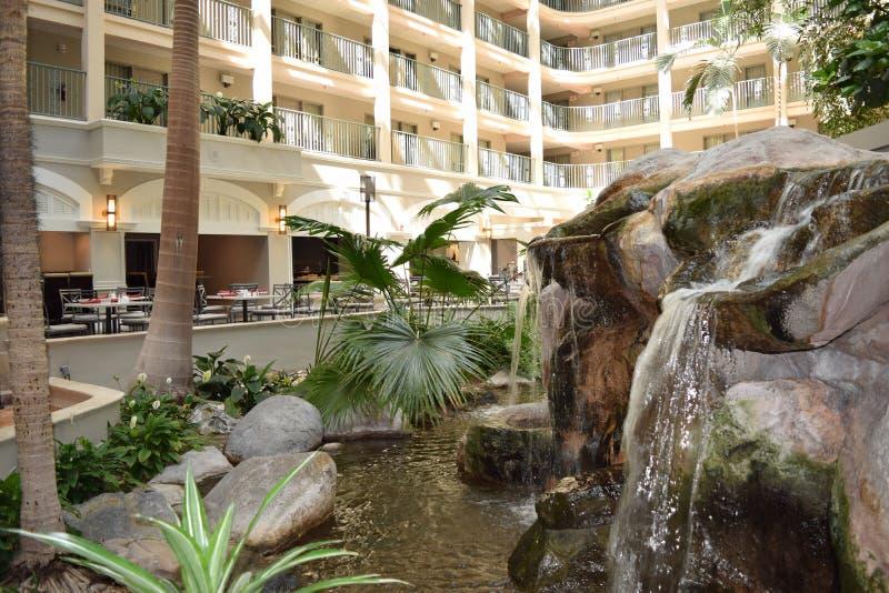 Pasillo del hotel con la cascada foto de archivo