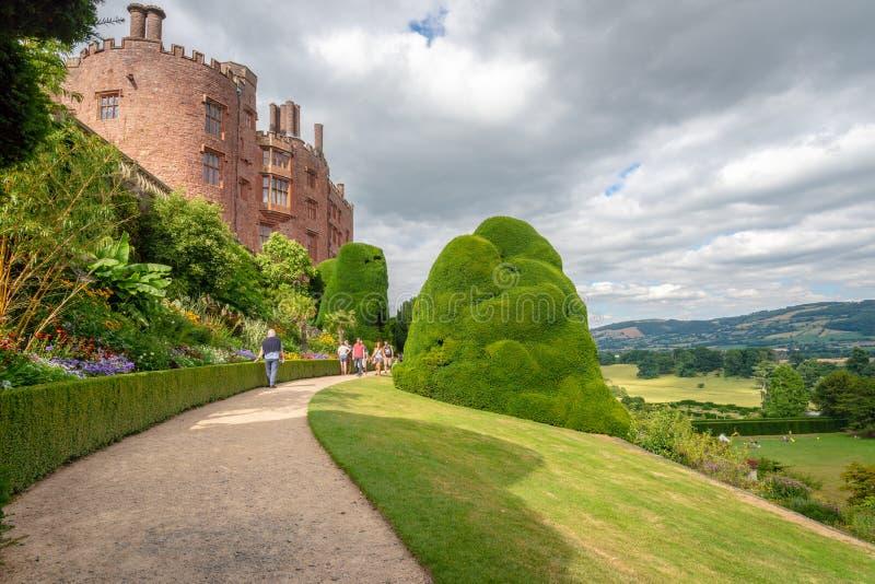 Pasillo del ladrillo rojo que pasa por alto el paisaje, castillo de Powis, País de Gales imagen de archivo libre de regalías