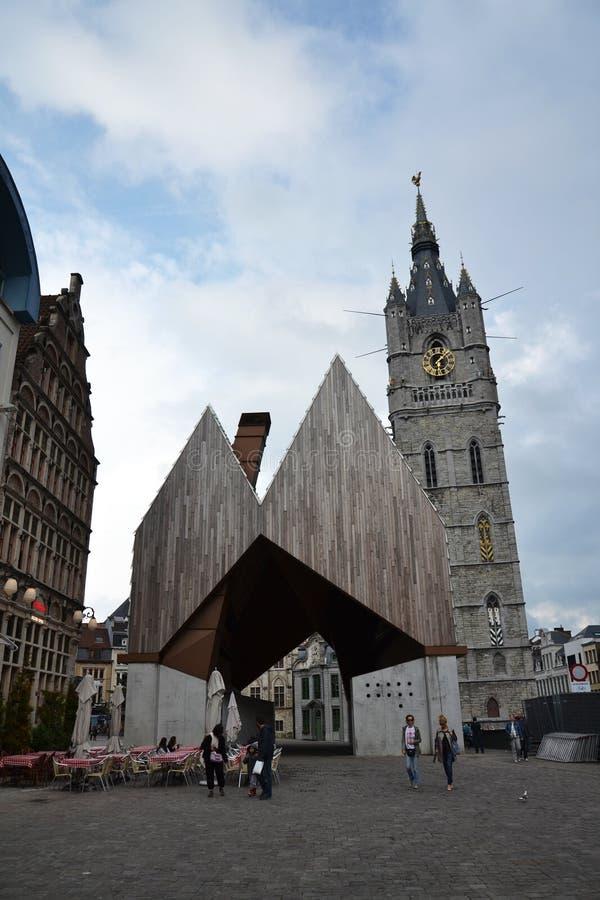 Pasillo del mercado de la ciudad con el campanario de Gante, Bélgica fotos de archivo