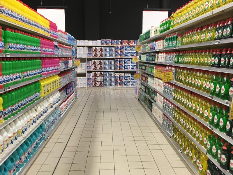 Pasillo del supermercado con los productos de limpieza del hogar foto de archivo libre de regalías