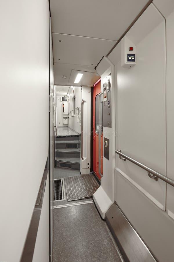 Pasillo del tren de carromatos del durmiente interior Primera planta transporte foto de archivo