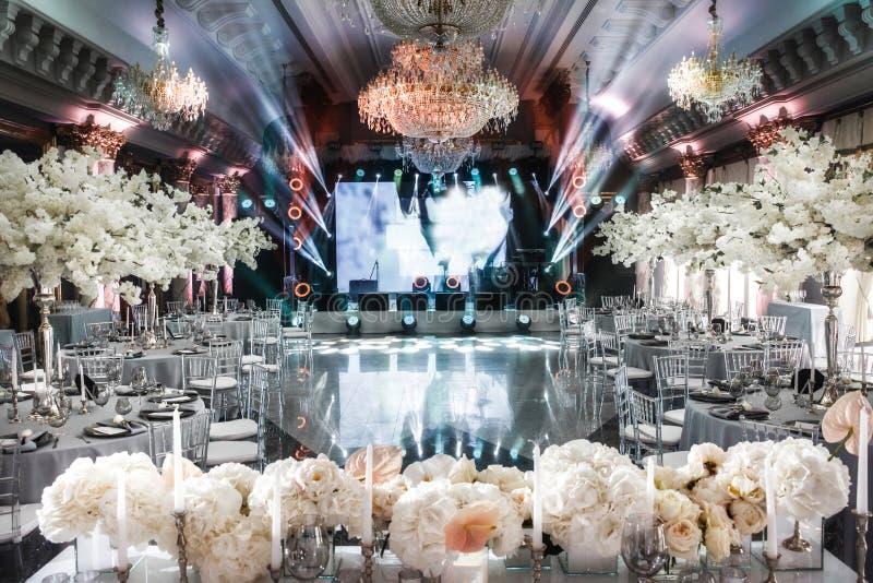 Pasillo elegante del banquete para un banquete de boda imagen de archivo libre de regalías