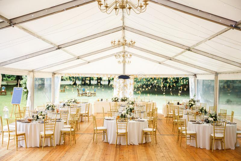 Pasillo elegante del banquete para un banquete de boda foto de archivo libre de regalías