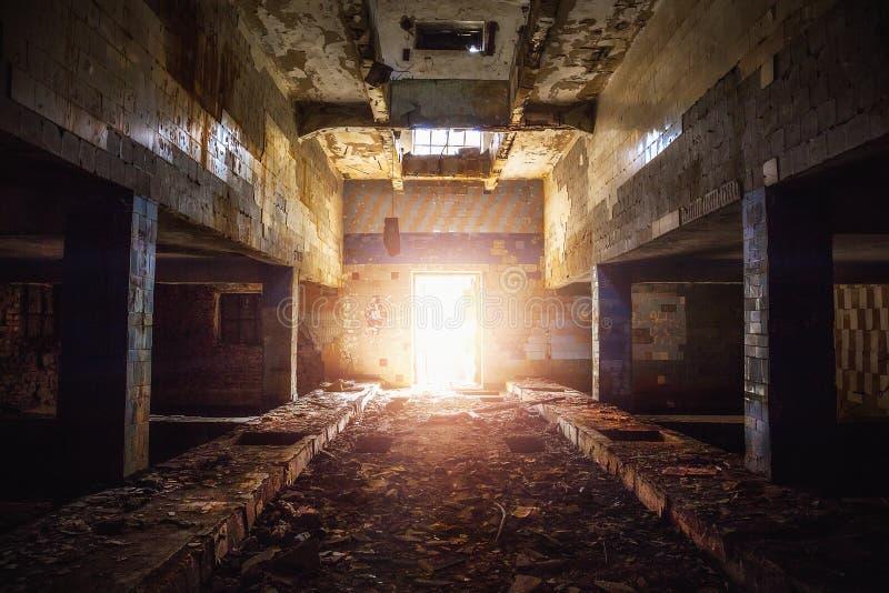 Pasillo en el edificio abandonado de la fábrica fotos de archivo