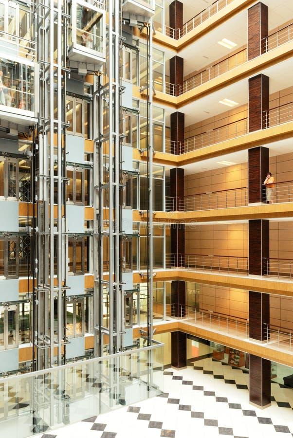 Pasillo en el edificio de oficinas moderno foto de archivo libre de regalías