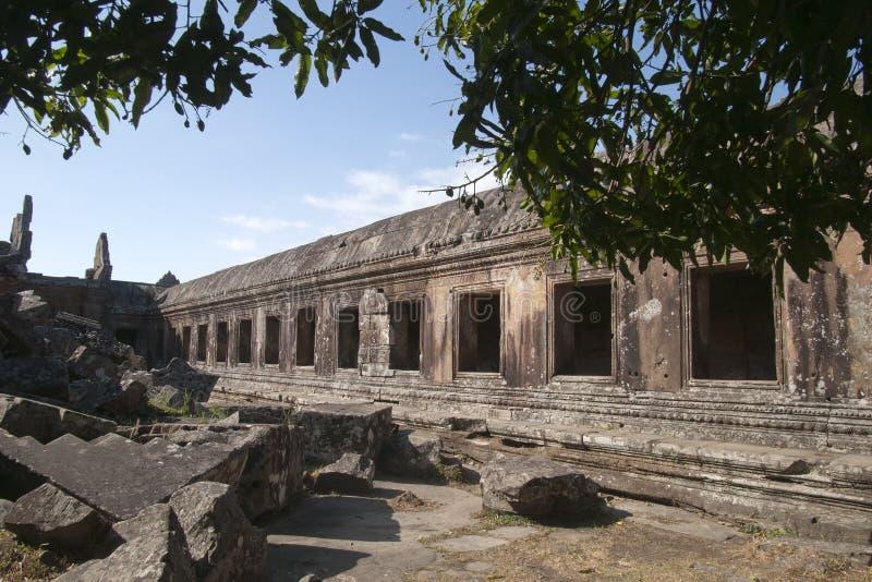 Pasillo en las galerías centrales del santuario en el templo del siglo XI de Preah Vihear foto de archivo