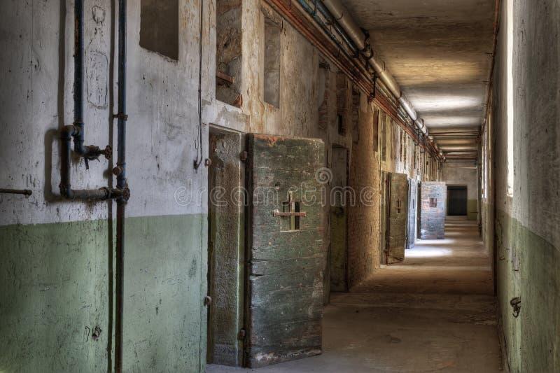 Pasillo en una prisión abandonada foto de archivo