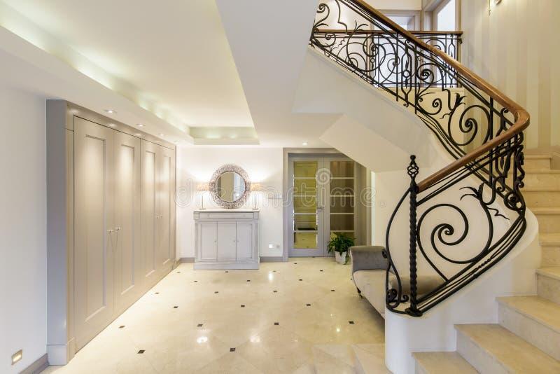 pasillo espacioso con la escalera elegante foto de archivo imagen de barandilla casero 72664976. Black Bedroom Furniture Sets. Home Design Ideas