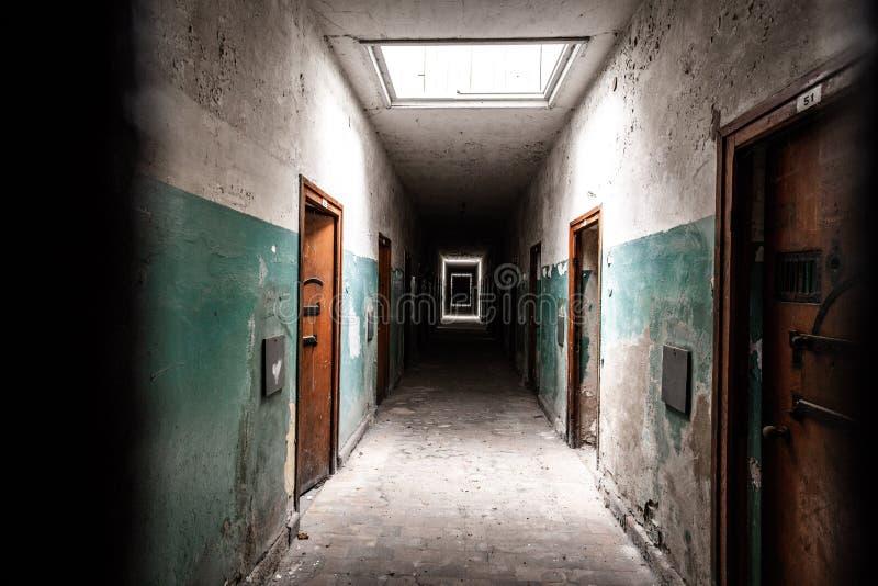 Pasillo espeluznante de la prisión fotografía de archivo libre de regalías