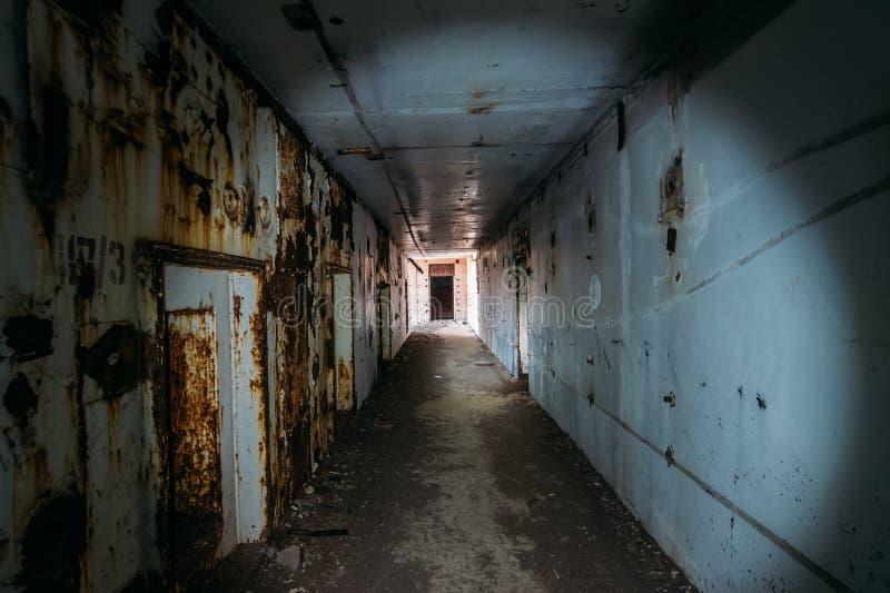 Pasillo espeluznante o túnel del horror oscuro con la luz en extremo en central nuclear aherrumbrada abandonada en Crimea fotografía de archivo libre de regalías