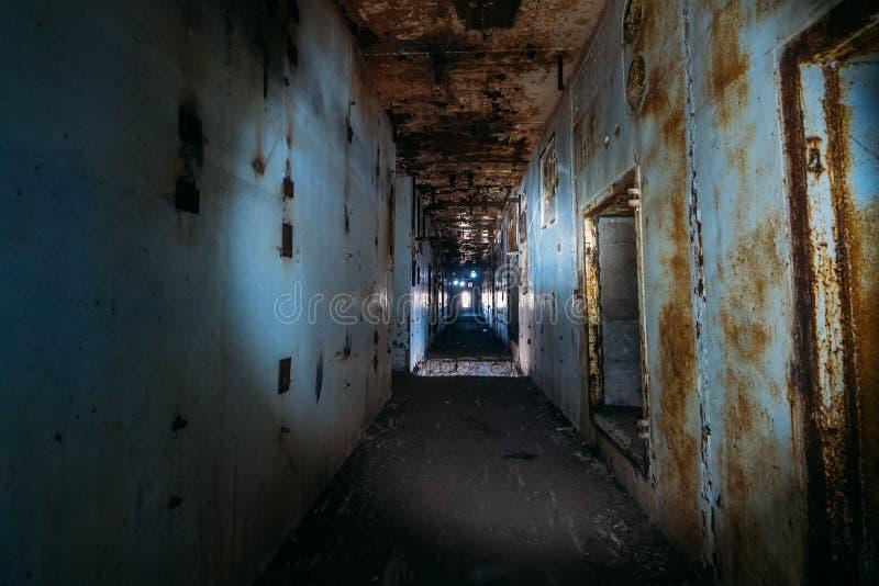 Pasillo espeluznante oscuro en central nuclear abandonada en Crimea Primera opinión de la persona, yendo con la linterna en túnel fotografía de archivo