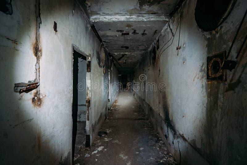Pasillo espeluznante oscuro en central nuclear abandonada en Crimea Primera opini?n de la persona, yendo con la linterna en t?nel imagen de archivo libre de regalías