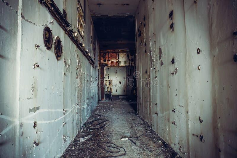 Pasillo espeluznante oscuro en central nuclear abandonada Primera opinión de la persona, túnel sucio del grunge en el edificio  fotografía de archivo