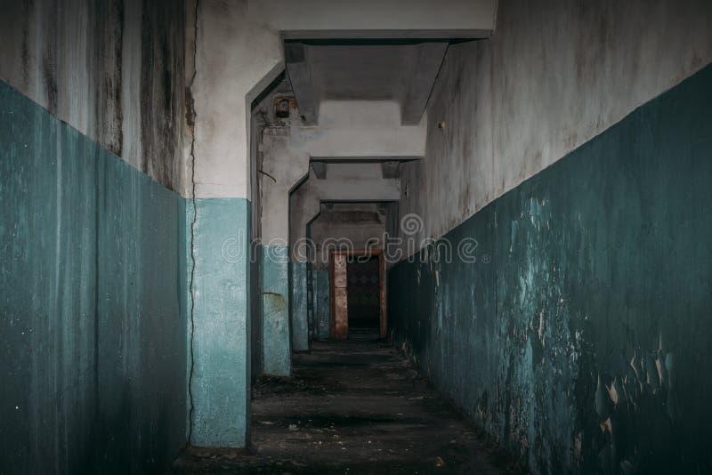 Pasillo espeluznante oscuro en el edificio abandonado asustadizo, atmósfera del horror fotos de archivo