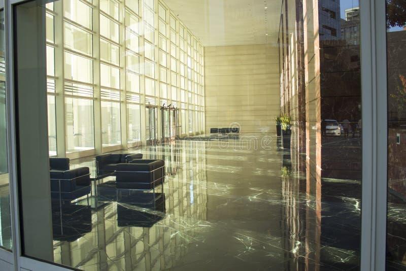Pasillo exterior/interior con reflexiones del rascacielos en BG imagen de archivo