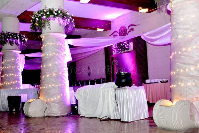 Pasillo hermoso del banquete de boda que enciende imágenes del hd de la decoración fotos de archivo libres de regalías