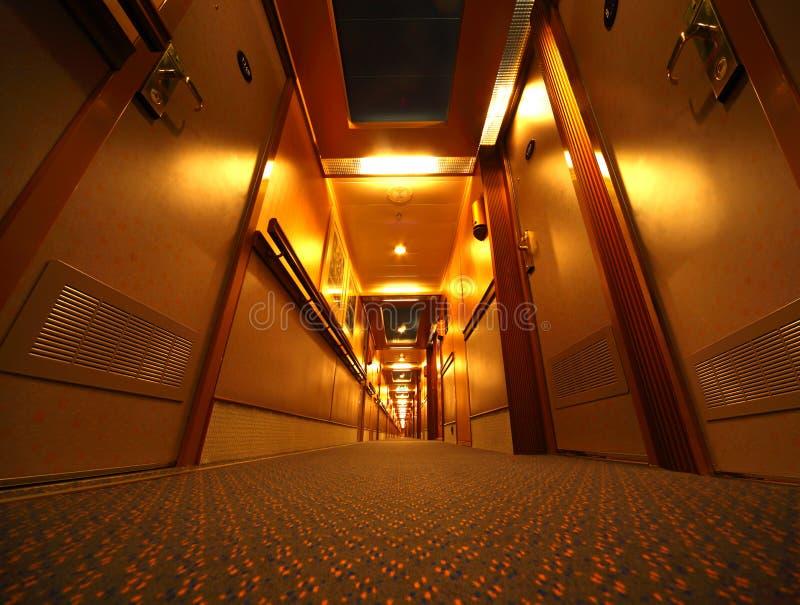 Pasillo iluminado estrecho en barco de cruceros imágenes de archivo libres de regalías