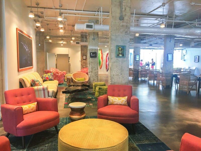 muebles de sala de estar inspirados en la playa Dos Sillas Tapizadas Modernas Imagen Editorial Imagen De