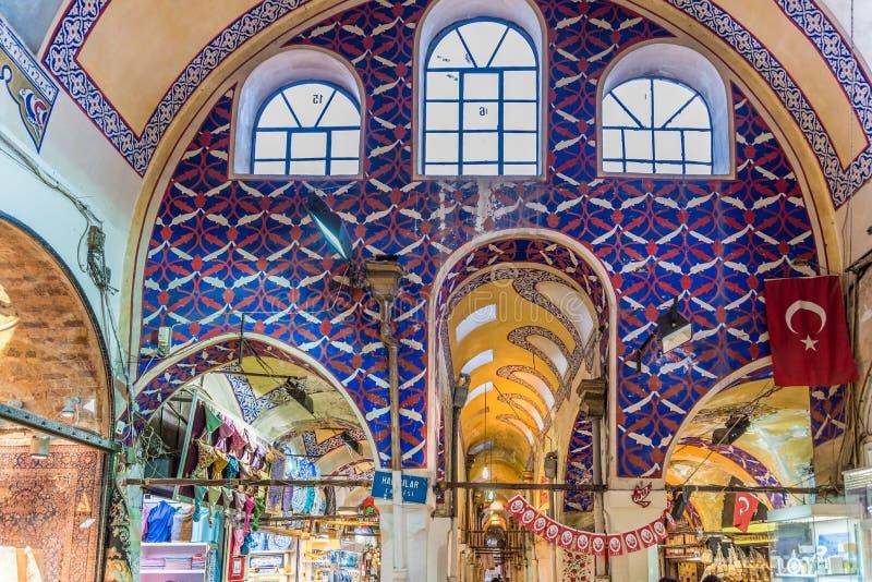 pasillo interior del bazar magnífico, uno de los mercados cubiertos más grandes y más viejos del mundo fotos de archivo