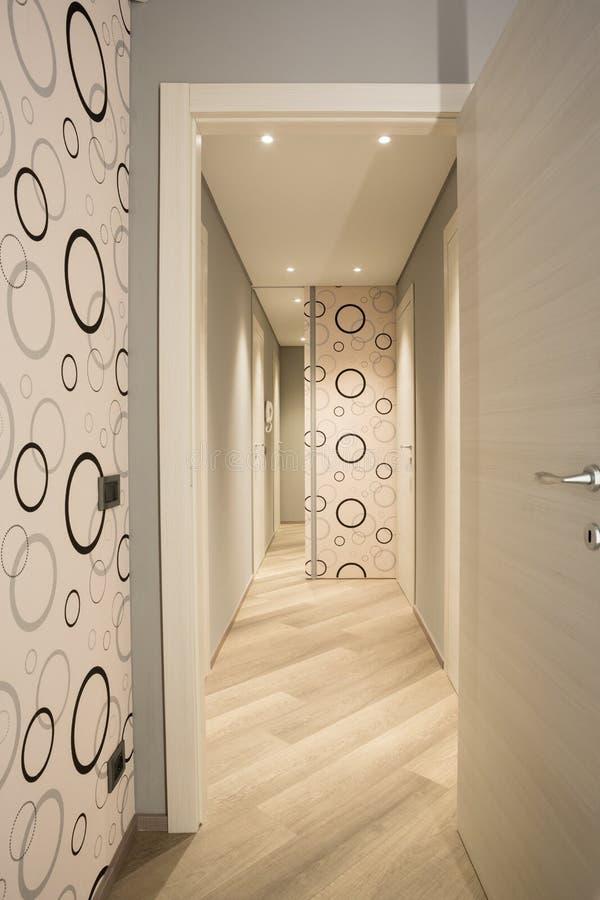 Pasillo largo con el papel pintado del estilo de 70 s imagen de archivo imagen de puerta - Papel pintado pasillo ...