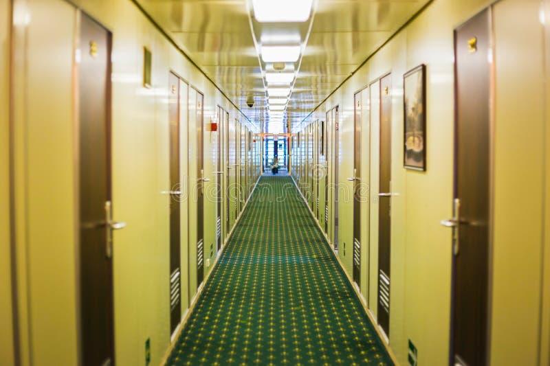 Pasillo largo del barco de cruceros foto de archivo