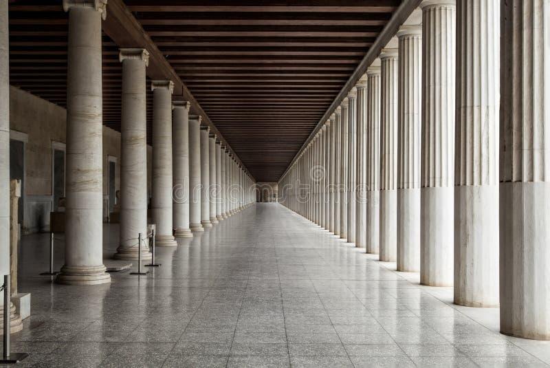 Pasillo largo entre muchas columnas fotografía de archivo libre de regalías
