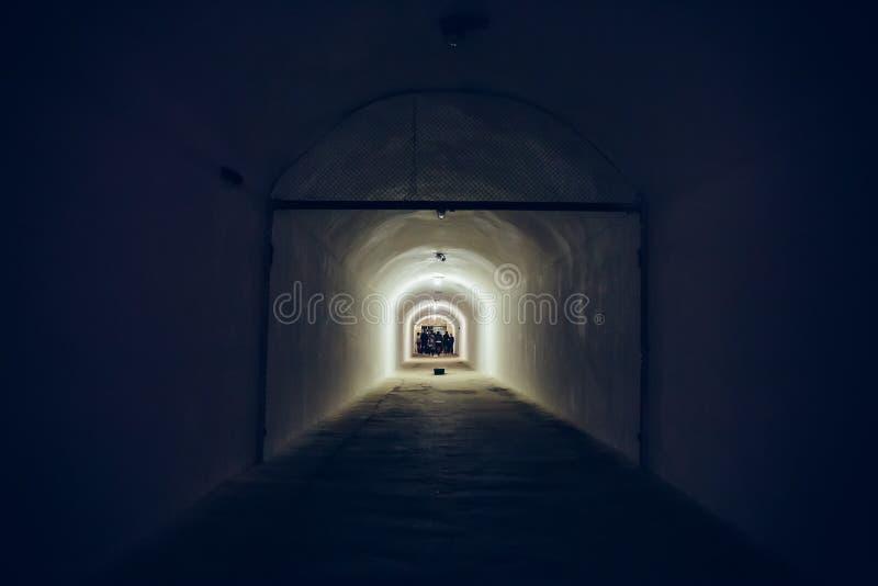 Pasillo largo o túnel iluminado en el refugio de bomba, arcón militar subterráneo de la guerra fría, perspectiva foto de archivo
