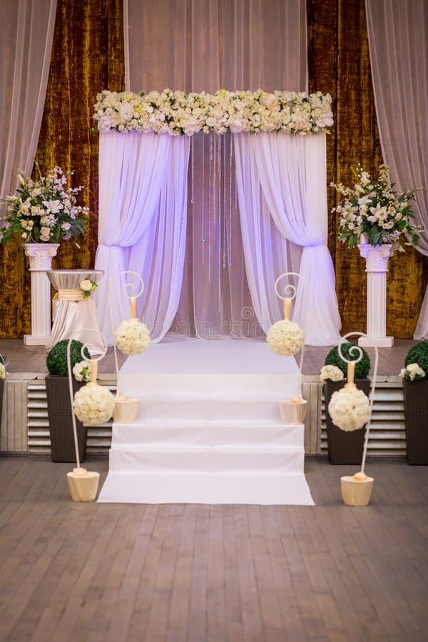 Pasillo listo para las huéspedes, lujo, r que se casa elegante de la ceremonia de boda foto de archivo