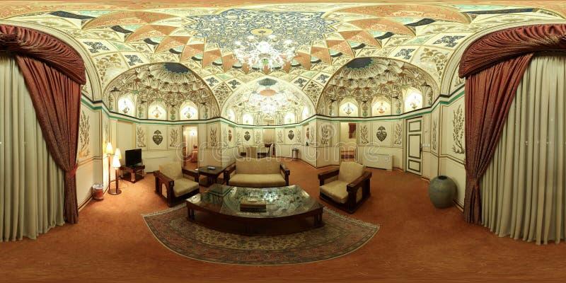 Pasillo lujoso suntuoso de la mansión del palacio de Oriente Medio - vacie la visión granangular fotografía de archivo