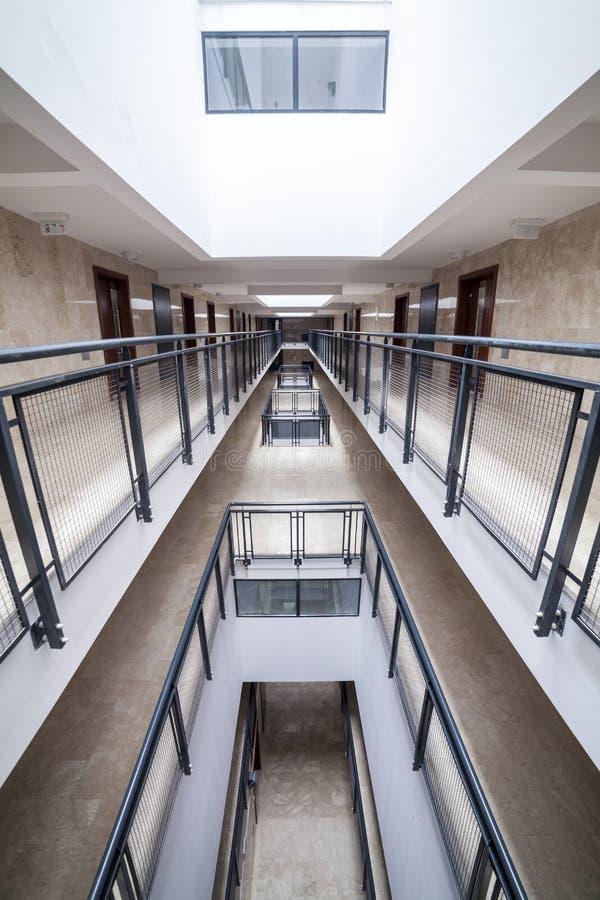 Pasillo moderno en edificio de apartamentos fotografía de archivo