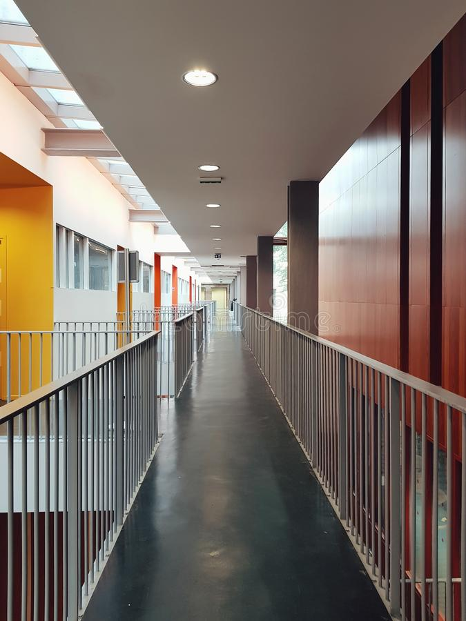 Pasillo moderno en un edificio de la escuela arquitect?nica de Belleville, Par?s imagen de archivo libre de regalías