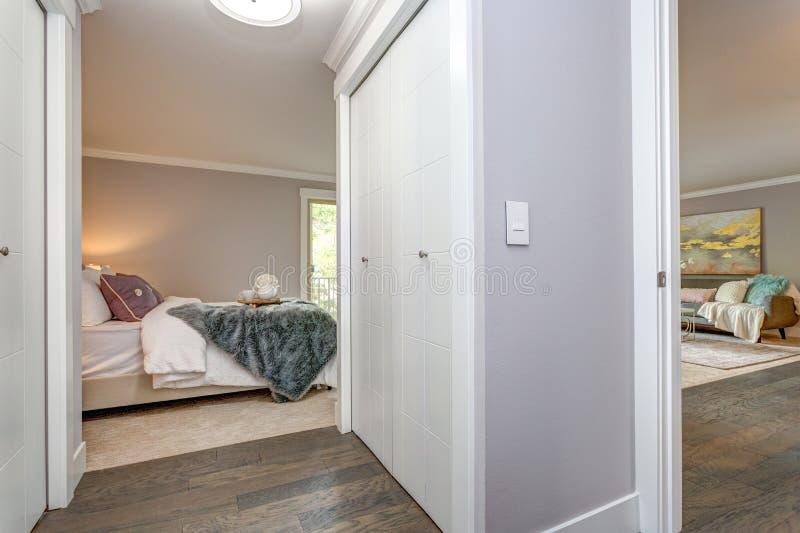 Pasillo moderno ligero del apartamento con construido en armario foto de archivo libre de regalías