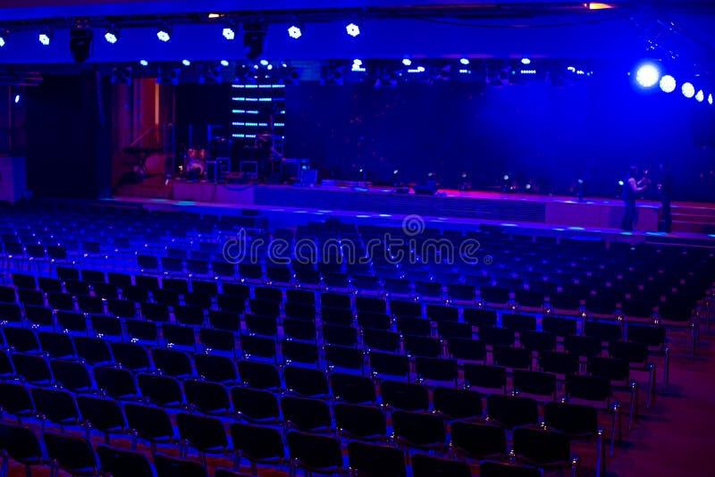 Pasillo moderno oscuro vacío para los eventos y la presentación con la etapa y la luz azul Preperation para la ceremonia en proce fotografía de archivo libre de regalías