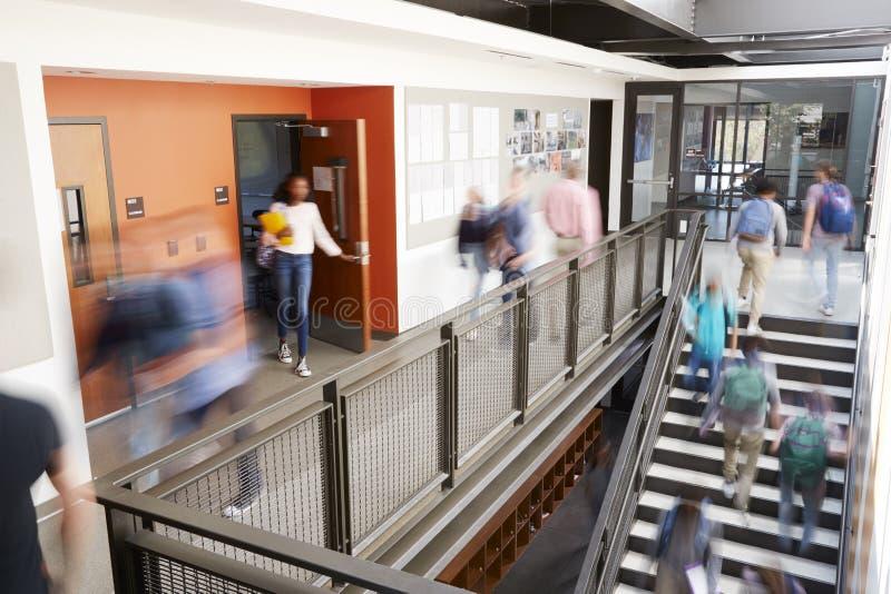 Pasillo ocupado de la High School secundaria durante hendidura con los estudiantes y el personal borrosos fotos de archivo