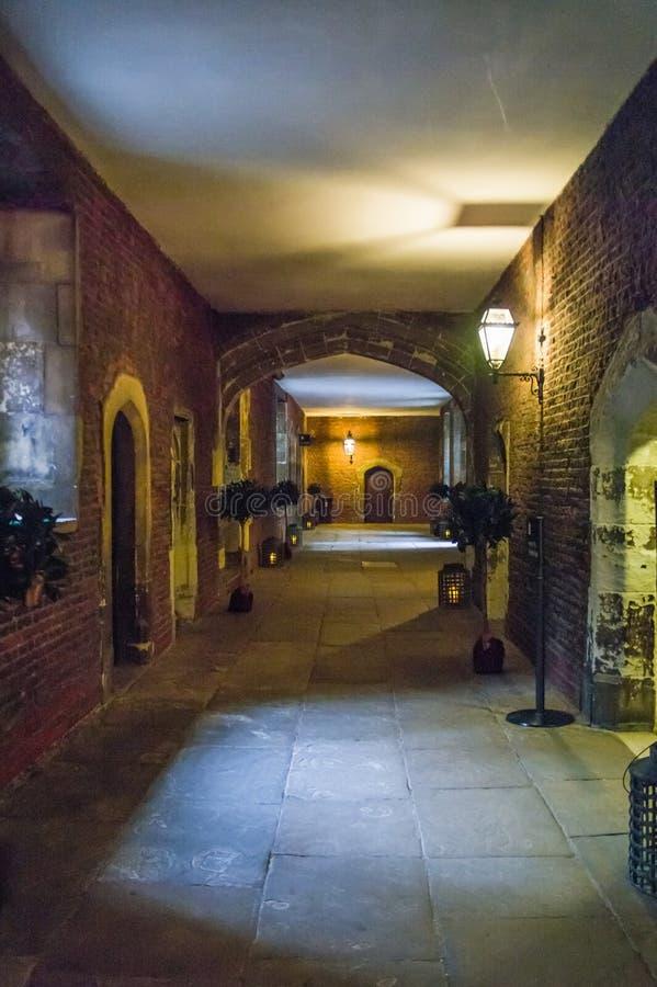 Pasillo oscuro encendido en Hampton Court Palace foto de archivo libre de regalías
