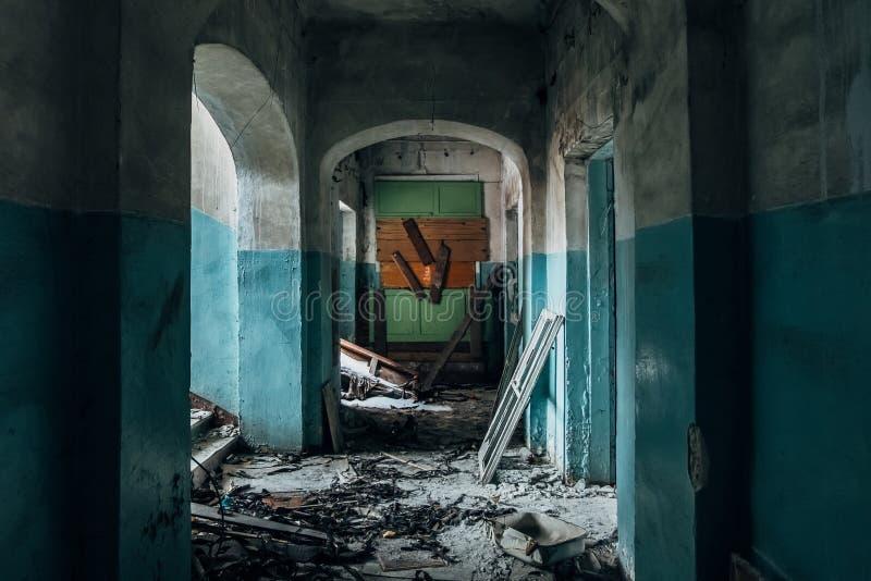 Pasillo oscuro y espeluznante del hospital abandonado viejo fotos de archivo libres de regalías