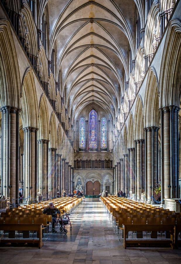 Pasillo principal de la catedral de Salisbury con el vitral Salisbury admitida reflexión, Wiltshire, Reino Unido fotos de archivo