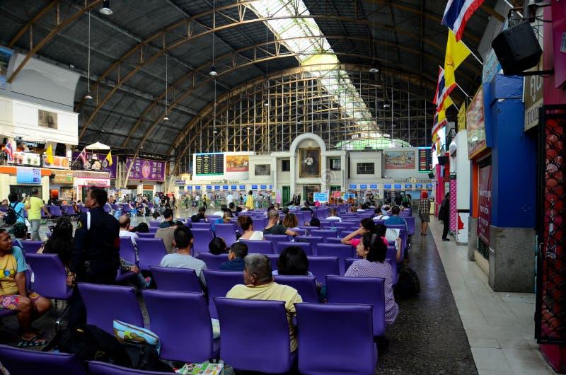 Pasillo principal de la zona de espera de la estación de tren de Hua Lamphong Bangkok Tailandia imagenes de archivo