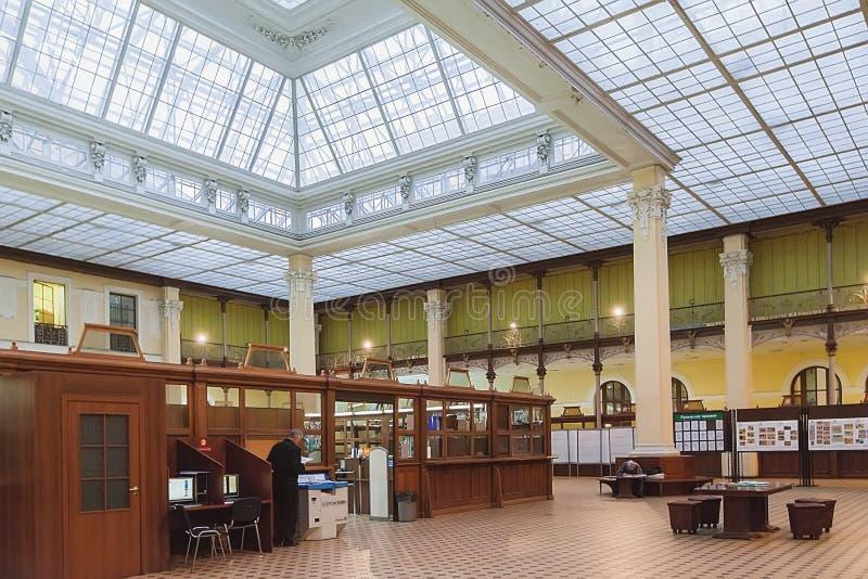 Pasillo principal de las operaciones de la oficina de correos central (Glavpochtamt) i fotos de archivo