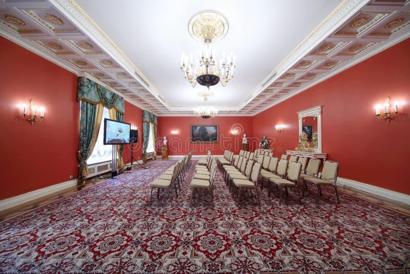 Pasillo rojo en la extensión de la huésped en el palacio magnífico del Kremlin fotos de archivo libres de regalías